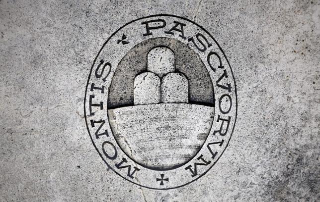3月21日、イタリア銀行大手モンテ・デイ・パスキ・ディ・シエナ(モンテ・パスキ)は、同行の融資状況に関する欧州中央銀行(ECB)の審査が2月に終了したとし、審査結果が同行の支払い能力の判断材料になると明らかにした。写真はモンテ・パスキのロゴ。2014年11月撮影(2017年 ロイター/Giampiero Sposito/File Photo)