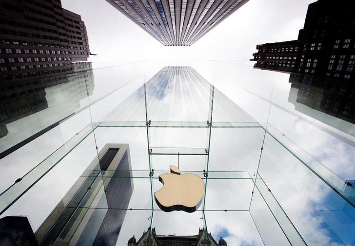 资料图片:2012年9月美国纽约第五大道苹果专卖店的企业标识。REUTERS/Lucas Jackson