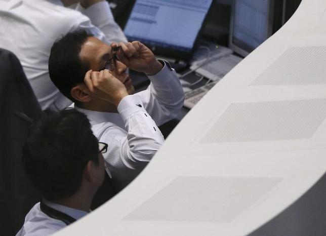 3月22日、前場の東京株式市場で日経平均株価は前日比390円51銭安の1万9065円37銭となり、大幅続落した。米トランプ政権の政策の遅れが懸念され、米国株が急落。為替は1ドル111円台前半まで円高が進行した。外部環境の悪化を嫌気し、主力株は総じて売り優勢となった。写真は都内で昨年2月撮影(2017年 ロイター/Issei Kato)