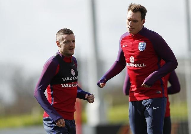 3月21日、サッカーのイングランド代表のガレス・サウスゲート監督は、マンチェスター・ユナイテッド(マンU)所属のDFフィル・ジョーンズ(右)が練習中の負傷により、次に予定されているドイツ戦とリトアニア戦を欠場することを発表した(2017年 ロイター)
