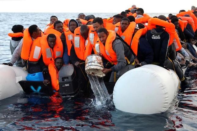 3月21日、国際移住機関(IOM)は、北アフリカ沖の地中海上で移民6000人をこの数日間で救助したと明らかにした。気温が上昇するのに伴い、海路で欧州に渡る移民が増えているという。写真はスペインのNGOが小型ボートで逃げてきた移民らを救助する様子。リビアで撮影(2017年 ロイター/GIORGOS MOUTAFIS)