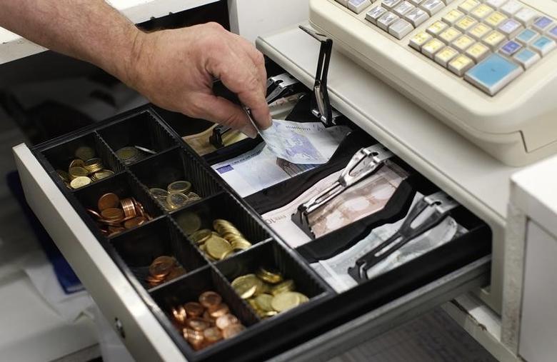 资料图片:2011年8月,德国奥尔兴一家零售店收款机内的欧元纸币和硬币。REUTERS/Michaela Rehle
