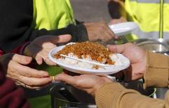Le tribunal administratif de Lille a suspendu mercredi l'arrêté municipal de la ville de Calais qui empêchait de facto la distribution de repas aux migrants. /Photo d'archives/REUTERS/Regis Duvignau