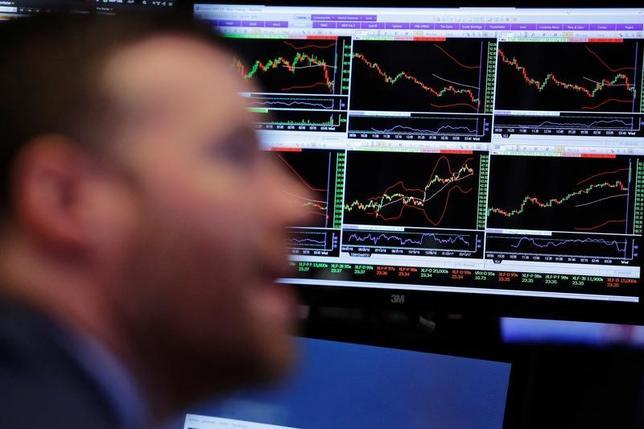 3月22日、米国株式市場は、S&P総合500種とナスダック総合指数が小幅反発。前日の大幅な値下がりを受け、押し目買いが入った。 NYSEで撮影(2017年 ロイター/Lucas Jackson)
