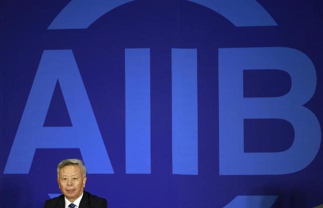 3月23日、中国が主導するアジアインフラ投資銀行(AIIB)は、カナダなど13の国・地域の参加を新たに承認したことを明らかにした。参加国・地域はこれで70となった。写真は記者会見に応じているAIIBの金立群総裁。昨年1月北京で撮影(2017年 ロイター/Kim Kyung-Hoon)