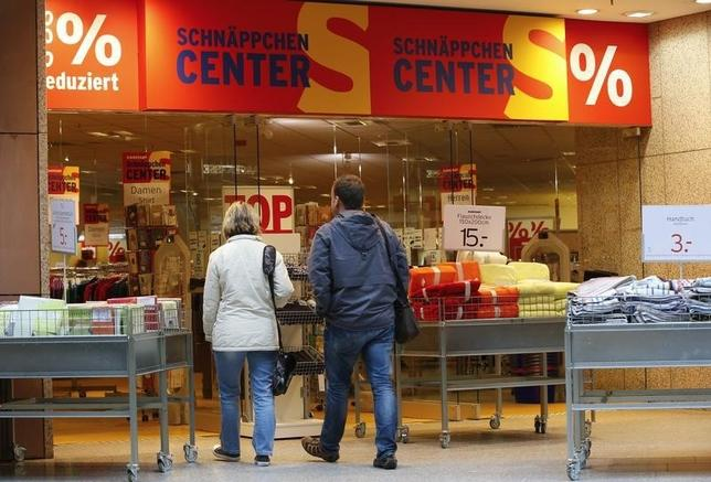 Shoppers walk in a Karstadt hot deal department store in Frankfurt/Oder October 24, 2014.  REUTERS/Fabrizio Bensch