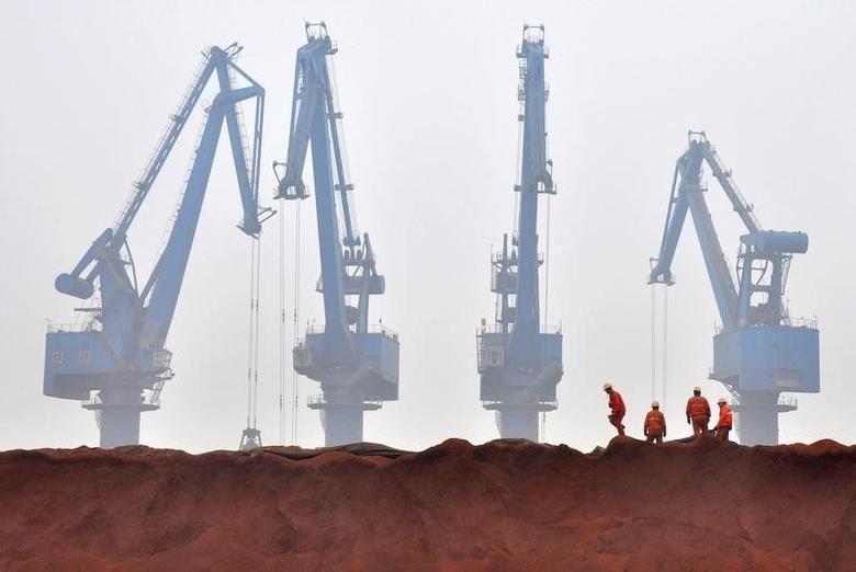 资料图片:2010年3月,天津港口堆放的澳洲进口铁矿石。REUTERS/Vincent Du