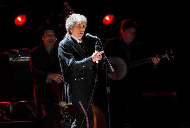 3月23日、1930─50年代のアメリカン・スタンダードをカバーした米歌手ボブ・ディラン(75)の新アルバム「トリプリケート」が、31日に発売される。だが、ディランによると、古き良き日々を恋しがっているわけではないという。写真は2012年1月撮影(2017年 ロイター/Mario Anzuoni)