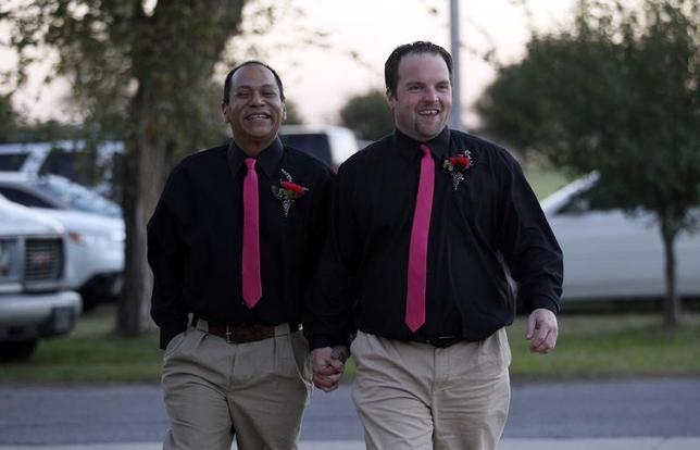 3月22日、米オクラホマ州北部の先住民部族であるオセージ族(約2万人)が、同性婚を認める規則を可決した。写真は2013年10月撮影で、シャイアン・アラパホ族の法の下結婚したカップル(2017年 ロイター/Rick Wilking)