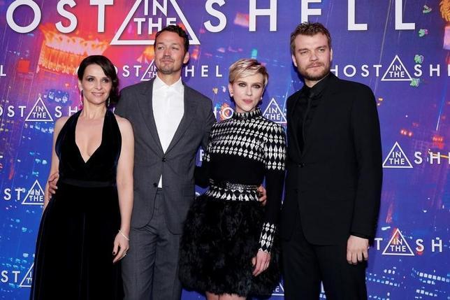 3月21日、パリで米SF映画「ゴースト・イン・ザ・シェル」のプレミア上映会が開催され、主演のスカーレット・ヨハンソン(右から2人目)、ルパート・サンダース監督(左から2人目)らが参加した(2017年 ロイター/Gonzalo Fuentes)
