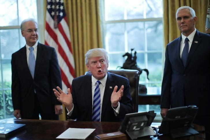 U.S. President Donald Trump talks to journalist at the Oval Office of the White House after the AHCA health care bill was pulled before a vote, accompanied by U.S. Health and Human Services Secretary Tom Price (L) and Vice President Mike Pence, in Washington, U.S., March 24, 2017. REUTERS/Carlos Barria