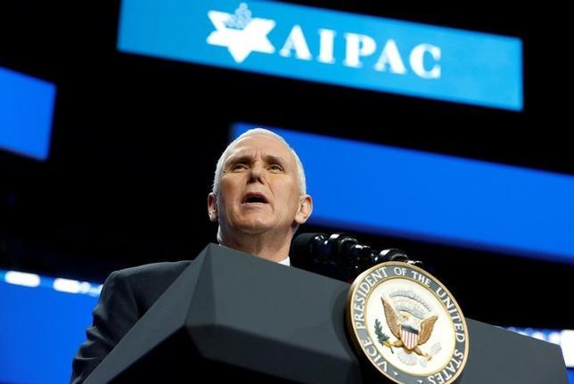 3月26日、ペンス米副大統領は、テルアビブの在イスラエル米大使館のエルサレム移転に言及した。写真はアメリカ・イスラエル公共問題委員会(AIPAC)で演説する同副大統領。ワシントンで26日撮影(2017年 ロイター/Joshua Roberts)