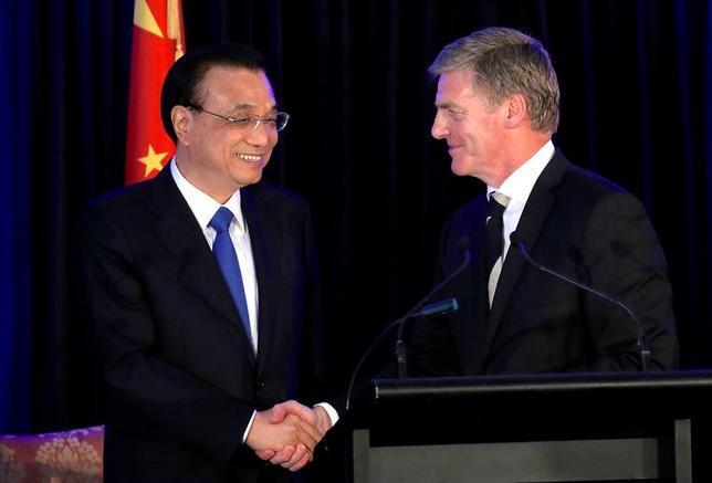 3月27日、中国とニュージーランドは、2国間の自由貿易協定(FTA)を拡大し、中国が掲げるシルクロード経済圏構想「一帯一路」において協力することに合意した。写真はニュージーランド・ウェリントンで合同記者会見を行う中国の李克強首相(写真左)とニュージーランドのイングリッシュ首相(写真右)(2017年 ロイター/Anthony Phelps)