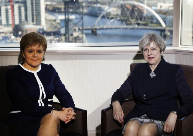 3月27日、メイ英首相(写真右)は、スコットランド自治政府のスタージョン首相(写真左)と会談した。独立の是非を問う2回目の住民投票を、スタージョン氏が要求したのに対しメイ氏が批判して以来、初の会談となった。スコットランド・グラスゴーのホテルで撮影(2017年 ロイター/Russell Cheyne)