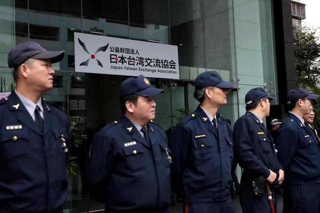 3月28日、菅義偉官房長官は閣議後会見で、赤間二郎総務副大臣が前週末に台湾を訪問したことに関連して、「政府としては台湾との関係を非政府間の実務関係として維持していくとの立場を踏まえ、日台間の協力と交流は進めていきたい」と述べた。 写真は日本の対台湾窓口機関である公益財団法人「交流協会」の「日本台湾交流協会」(台北事務所)への名称変更セレモニーの模様。1月台湾で撮影(2017年 ロイター/Tyrone Siu)