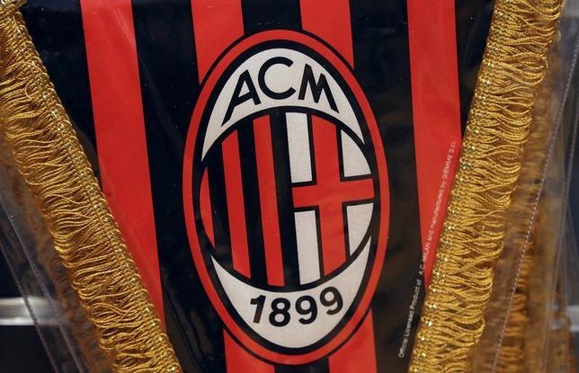 3月28日、中国の投資家集団によるイタリアサッカー1部リーグ(セリエA)のACミランの買収が遅れている件で、米プライベートエクイティ企業のエリオットが資金を提供して助け舟を出すことになった。写真はACミランのロゴのついたペナント。ミラノで2015年4月撮影(2017年 ロイター/Stefano Rellandini)