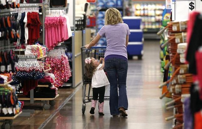 3月28日、3月の米CB消費者信頼感指数は125.6と、2月から上昇し、2000年12月以来の高水準を記録した。写真は2013年6月、アーカンソー州のウォルマート店舗で撮影(2017年 ロイター/Rick Wilkin)