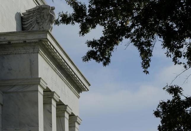 3月28日、米ダラス地区連銀のカプラン総裁はFRBは積極的な利上げで米景気の腰を折らないよう注意する必要があると述べた。写真は2014年10月、ワシントンのFRBビル前で撮影(2017年 ロイター/lGary Cameron)