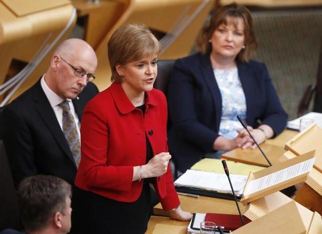 3月28日、スコットランド独立を巡る新たな住民投票について、議会は英議会の承認を正式に求める権限を、行政府のスタージョン首相(中央)に与える議案を、賛成69票、反対59票で可決した。エディンバラで撮影(2017年 ロイター/Russell Cheyne)