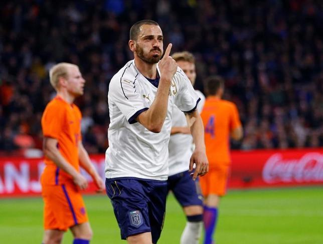 3月28日、サッカーの国際親善試合が28日に各地で行われ、イタリアがレオナルド・ボヌッチによる決勝ゴールでオランダに2─1で勝利した(2017年 ロイター/Michael Kooren)