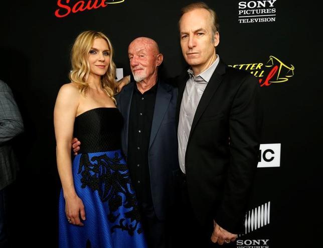 3月28日、米カリフォルニア州カルバーシティで、人気テレビシリーズ「ベター・コール・ソウル」のシリーズ3のプレミアが開かれ、出演俳優のボブ・オデンカーク(右)やジョナサン・バンクス、女優レイ・シーホーン(左)らが出席した(2017年 ロイター/Mario Anzuoni)