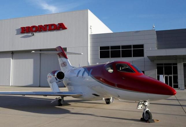 3月30日、ホンダが2015年末に納入を始めた「ホンダジェット」の売り込みを世界規模に広げている。燃費や居住性、静粛性などに優れる最新鋭のビジネスジェットで、20年末までに航空機事業の単年度黒字化を目標に掲げる。写真はノースカロライナで2016年11月撮影(2017年 ロイター/Maki Shiraki)