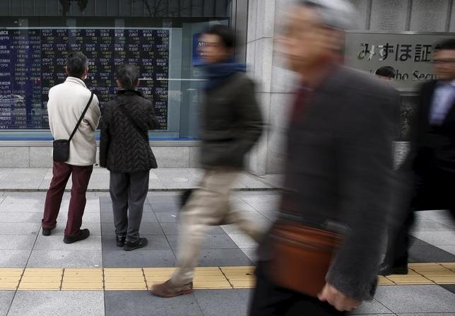 3月30日、寄り付きの東京株式市場で、日経平均株価は前営業日比66円66銭安の1万9150円82銭となり、反落して始まった。写真は都内の株価ボード、2016年1月撮影(2017年 ロイター/Yuya Shino)