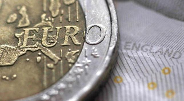 3月28日、英国のEU離脱を巡る不透明感を反映し、英長期国債が主要国の国債市場の中で最も堅調に推移しているが、インフレ率の上昇などが契機となり、上昇相場に終止符が打たれるかもしれない。写真はユーロ硬貨と英ポンド紙幣。英マンチェスターで昨年3月撮影(2017年 ロイター/Phil Noble/Illustration)