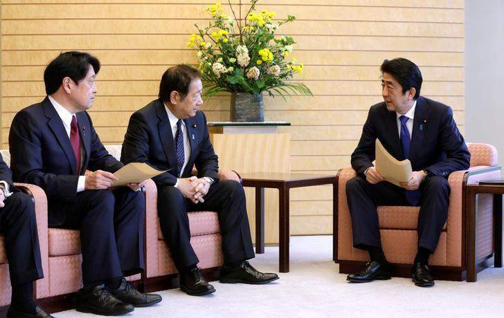 Japanese Prime Minister Shinzo Abe (R) speaks to Hiroshi Imazu (C), Chairman of Research Commission on Security of Japan's ruling Liberal Democratic Party (LDP), and former Defense Minister Itsunori Onodera (L), head of LDP panel on security policy, after a proposal on missile defense was submitted to Abe at the prime minister's office in Tokyo, Japan March 30, 2017. REUTERS/Eugene Hoshiko/Pool