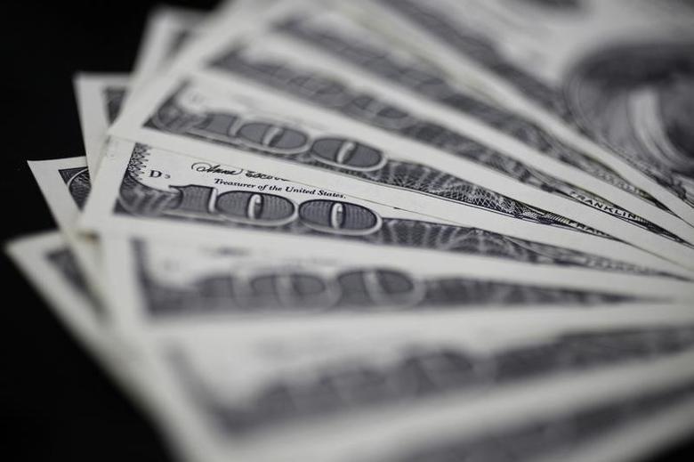 资料图片:2011年8月拍摄的美元纸币。REUTERS/Yuriko Nakao