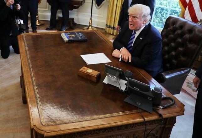 3月30日、トランプ大統領(写真)は、31日に巨額な貿易赤字の原因を特定することを目的とする大統領令に署名する方針だ。ロス米商務長官は会見で明らかにした。写真はワシントンで24日撮影(2017年 ロイター/Carlos Barria)