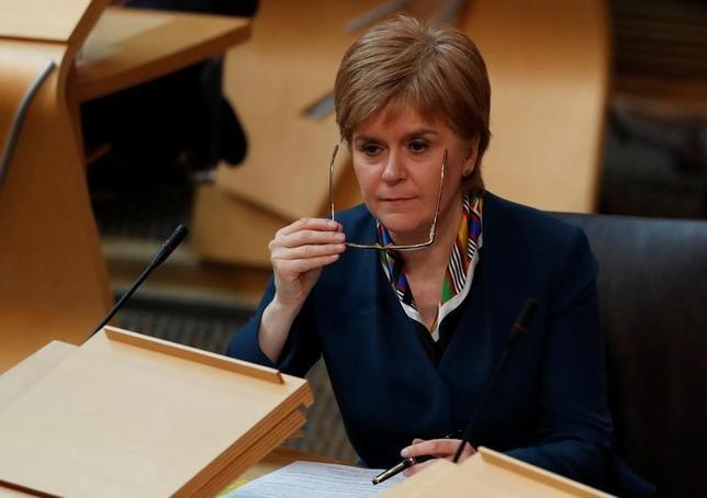 3月31日、スコットランド自治政府のスタージョン首相(写真)は、英国のメイ首相に宛てた書簡で、同国の欧州連合(EU)離脱前にスコットランドの独立を巡る2回目の住民投票実施を認めるよう正式に要請した。29日撮影(2017年 ロイター/Russell Cheyne)