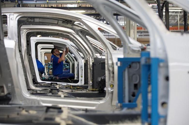 资料图片:2015年9月,法国,雷诺汽车厂的装配线。欧元区3月制造业PMI终值从2月的55.4升至56.2,创下2011年4月以来最高。REUTERS/Philippe Wojazer