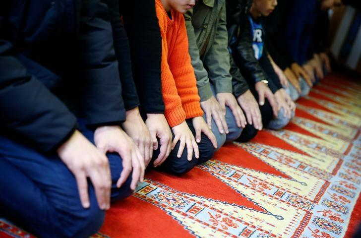 Muslims pray during Friday prayers at the Turkish Kuba Camii mosque located near a hotel housing refugees in Cologne's district of Kalk, Germany, October 14, 2016. Picture taken October 14, 2016. REUTERS/Wolfgang Rattay/File Photo