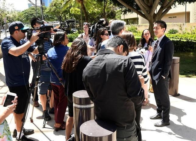 4月3日、イスラム諸国からの入国を制限する米大統領令の差し止めを命じたハワイ州連邦地裁の判断について、サンフランシスコの第9巡回連邦控訴裁判所は、5月に審理を開始すると発表した。同州のダグラス・チン司法長官(右)、ホノルルで先月29日撮影(2017年 ロイター/Hugh Gentry)