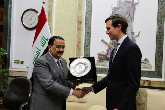 4月3日、トランプ米大統領の娘婿であるジェレッド・クシュナー上級顧問(通商・中東政策担当、写真右)は、米軍制服組トップのダンフォード統合参謀本部議長とともにイラクを訪問した。(2017年 ロイター)