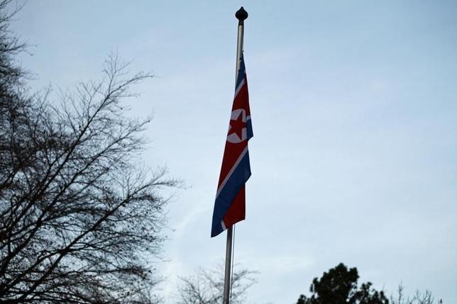 4月3日、米国のヘイリー国連大使は、北朝鮮を巡り28日に安保理会合を開き、核・ミサイル開発問題への対応を協議すると発表した。写真は北朝鮮国旗。2015年1月撮影(2017年 ロイター/Pierre Albouy)
