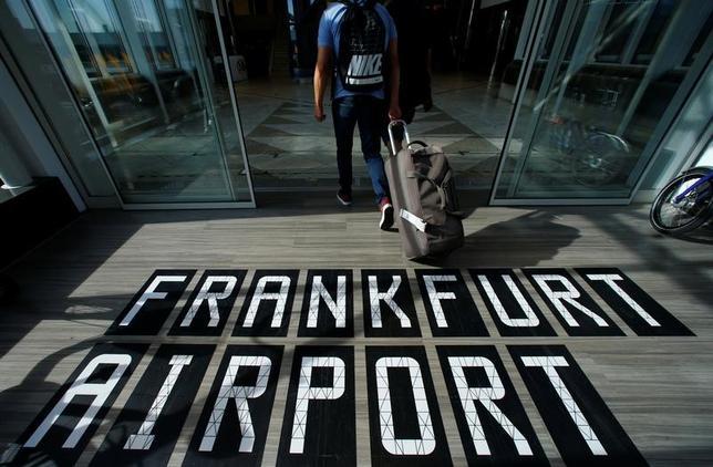 4月3日、英国旅行業協会(ABTA)は4日、欧州連合(EU)との離脱交渉において、英国とEU間のビザなし旅行の維持を優先課題の一つとして扱うよう英政府に求めた。写真はフランクフルト空港で昨年9月撮影(2017年 ロイター/Ralph Orlowski)