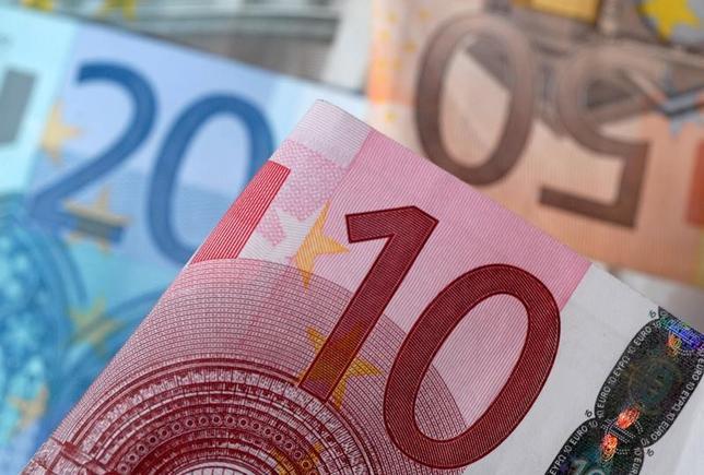 4月4日、欧州議会の保守会派を率いるマンフレート・ウェーバー議員は会見で、英国が欧州連合(EU)を離脱した後は、ユーロを使った全ての金融ビジネスをロンドンからEUに移すべきと主張した。写真はユーロ紙幣、2014年4月撮影(2017年 ロイター/Dado Ruvic)