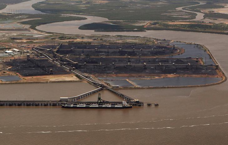 资料图片:2011年1月,澳洲昆士兰Gladstone港口等待装货的运煤船。REUTERS/Daniel Munoz