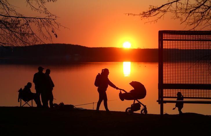 2017年4月4日,白俄罗斯明斯克,人们在湖边观赏落日余晖。REUTERS/Vasily Fedosenko