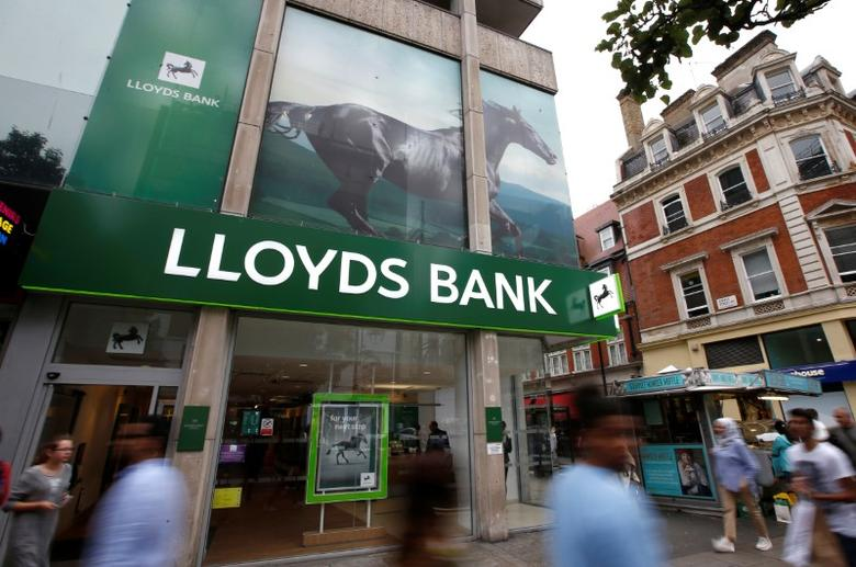 People walk past a branch of Lloyds Bank on Oxford Street in London, Britain July 28, 2016.  REUTERS/Peter Nicholls/File Photo