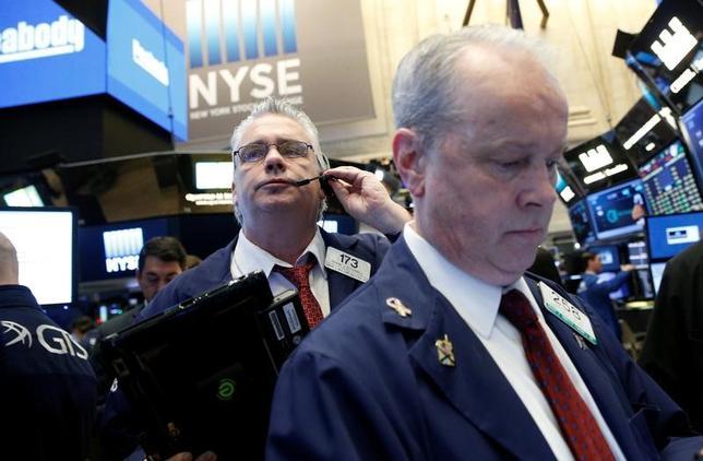 4月5日、米国株式市場は反落。堅調な雇用関連指標を受けて上昇して始まったが、午後発表のFOMC議事要旨で、今年後半にバランスシート政策が見直される可能性が示されると、下落に転じた。NYSEで4日撮影(2017年 ロイター/Brendan McDermid)