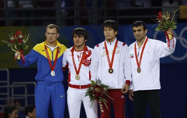 4月5日、国際オリンピック委員会は、2008年北京五輪のレスリング男子フリースタイル60キロ級で銀メダルを獲得したワシル・フェドルイシン(左)に対し、ドーピング再検査で禁止薬物に陽性反応を示したとして失格処分を下した。北京で2008年8月撮影(2017年 ロイター/Oleg Popov)