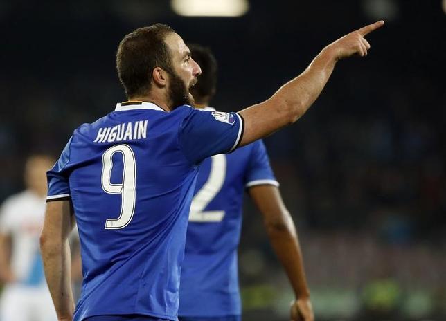 4月5日、サッカーのイタリア杯準決勝第2戦、王者ユベントスが敵地でナポリに2─3と敗れたものの、2戦合計5─4で決勝進出を決めた。ゴンサロ・イグアインが2得点(2017年 ロイター/Ciro De Luca)