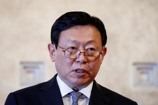 4月6日、韓国の検察当局は、朴槿恵前大統領の罷免・逮捕につながった政治スキャンダルの捜査で、ロッテグループ会長の重光昭夫(韓国名・辛東彬)氏に証人として現地時間7日の午前9時半(0030GMT、日本時間同日時)に出頭するよう求めたことを明らかにした。写真はソウルで昨年10月撮影(2017年 ロイター/Kim Hong-Ji)