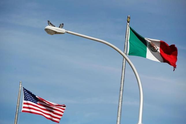 4月5日、米国土安全保障省のケリー長官は、上院の委員会で、3月にメキシコ国境で拘束された不法移民が1万7000人を下回り、少なくとも2000年以降で最も少なかったと述べた。写真はメキシコの都市、シウダー・フアレスで昨年12月撮影(2017年 ロイター/Jose Luis Gonzalez)