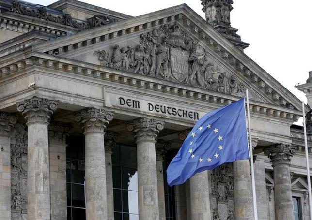 4月6日、EUは、北朝鮮による一連の核実験と弾道ミサイル発射を受け、同国に対する制裁を強化した。EUの旗、ベルリンで昨年6月撮影(2017年 ロイター/Fabrizio Bensch)