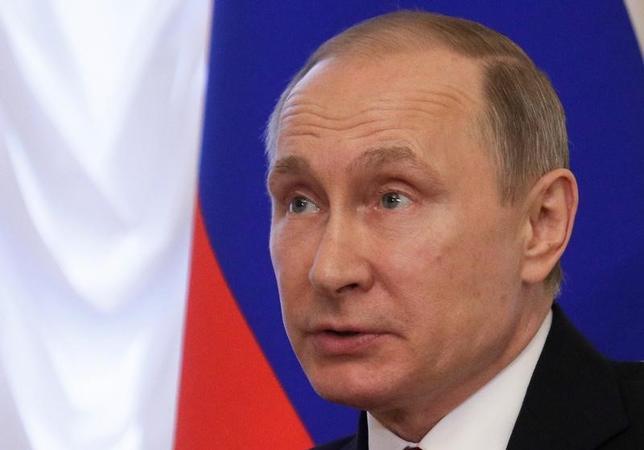 4月7日、ロシア大統領府によると、プーチン大統領は米国のシリア空軍基地に対するミサイル攻撃は国際法違反で、米ロ関係に深刻な悪影響を与えるとの認識を示した。写真はサンクトペテルブルク・コンスタンチン宮殿で行われたルカシェンコ・ベラルーシ大統領との会合で、3日撮影(2017年 ロイター/Dmitri Lovetsky)