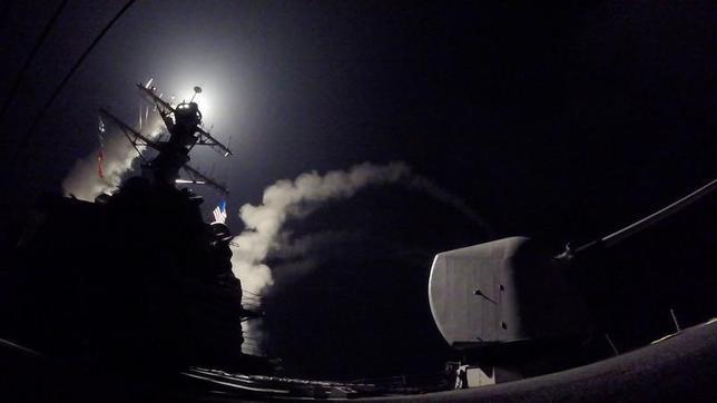4月7日、米軍が6日、シリア西部ホムス付近の軍事拠点をミサイル攻撃したことについて、ホムス県のバラジ知事は7日、5人が死亡、7人以上が負傷したと明らかにした。写真は米軍提供(2017年 ロイター)